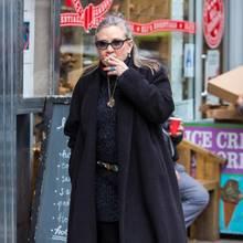 """Mit Fluppe unterwegs in New York: """"Star Wars""""-Star Carrie Fisher quarzt genüsslich auf ihrer Shoppingtour."""
