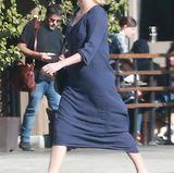 """Dreh-Kilos: Charlize Theron steht zur Zeit für Dreharbeiten zu dem Film """"Tully"""" vor der Kamera. Dabei fällt auf, dass die Schauspielerin deutlich mehr auf den Rippen hat. Über 15 Kilo hat sie für ihre Rolle einer alleinerziehenden Mutter zugenommen."""