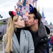 Peinlicher Auftritt bei Eröffnung der Weihnachtssaison in Disneyland Paris: Angelina Heger und Leonard Freier haben es beim Zelebrieren ihrer frische Liebe ganz schön übertrieben.