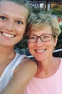 Jetzt wissen wir, woher Toni Garrn das schöne Lächeln hat: Mit diesem Foto gratuliert Model Toni ihrer Mutter zum Geburtstag.