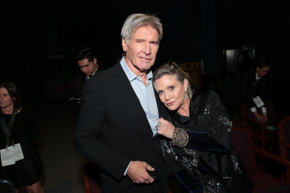 """Es ist eine Sensation für viele """"Star Wars""""-Fans: Prinzessin Leia und Han Solo waren nicht nur auf der Kinoleinwand ein Traumpaar. Die damals 19-Jährige Carrie und der 14 Jahre ältere Harrison Ford hatten eine Affäre am Set. """"Es war so intensiv"""", schwärmte sie 40 Jahre später. """"Unter der Woche hieß es Han und Leia, und am Wochenende Carrie und Harrison."""""""
