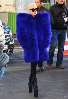 """Der wohl schillerndste Vogel auf der """"Victoria's Secret""""-Show 2016 wird nicht etwa eines der Models sein, sondern Lady Gaga. Bereits vor dem Spektakel zeigt sich die Sängerin mit diesem knalligen Outfit in Paris. Auf dem Catwalk wird die Sängerin rocken, während die Mädchen in Unterwäsche an ihr vorbeilaufen werden."""