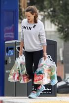 Nein, doch, oder? Ist das Jennifer Garner, die den Einkauf für ihre Familie alleine über den Parkplatz trägt? Dafür lieben wir die bodenständige Schauspielerin.