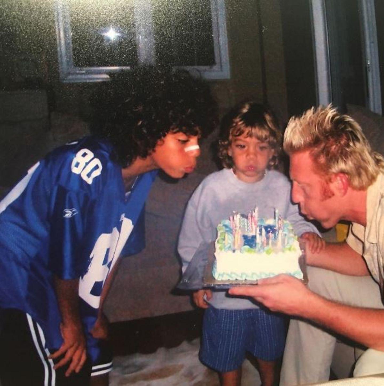 22. November 2016   Zum dahinschmelzen: Elias gratuliert seinem Vater mit diesem entzückenden Foto aus seiner Kindheit. Boris Becker pustet mit Elias und Noah die Kerzen seiner Geburtstagstorte.