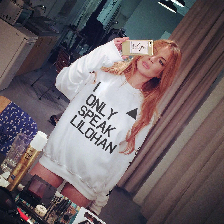 """Lindsay Lohan spricht bereits seit einiger Zeit mit einem sehr individuellen Akzent, die sie sich im Ausland angeeignet hat. Sie hat auch schon den perfekten Namen """"Lilohan"""". Jetzt verkauft zu für einen guten Zweck diese Shirts und möchte den Erlös spenden."""