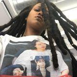 """Rihanna unterstützt Hilary Clinton mit diesem großartigen Mottoshirt: """"I'm with her and her"""". Man sieht zwei starke Frauen. Hilary und Rihanna selbst, wie sie das Shirt trägt."""