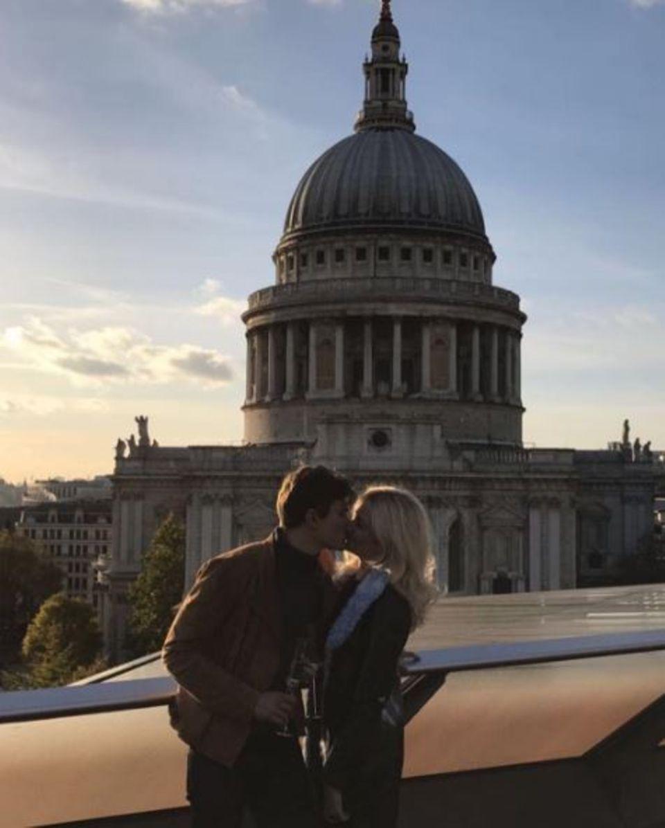 Pixie Lott und Oliver Cheshire krönen ihre Verlobung mit einem romantischen Kuss vor der St.-Pauls-Kathedrale