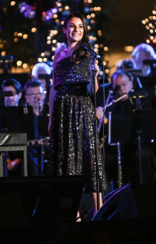 """Lea Michele stimmt bei der """"The Grove Christmas""""-Veranstaltung in Los Angeles besinnliche Weihnachtslieder an."""