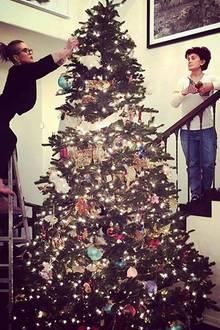 Bereits vier Wochen vor dem Fest der Liebe wird im Hause Osbourne schon der Tannenbaum aufgestellt.