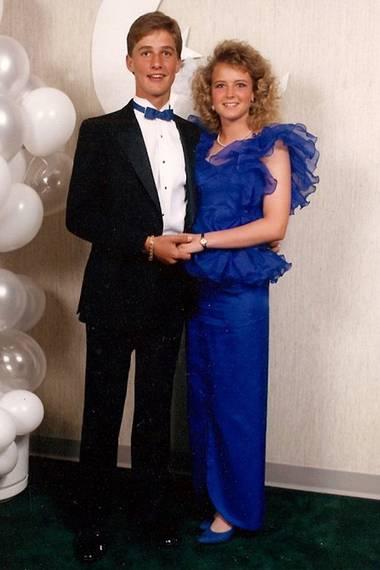 Matthew McConaughey und Freundin Lori Klinger gehen 1987 mit aufeinander abgestimmtem Kleid und Fliege auf den Highschool-Prom und machen schnell noch ein Erinnerungsfoto.