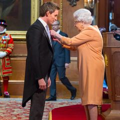 """2016: Am 2. Dezember wird der britische Schauspieler und Oscar-Preisträger Eddie Redmayne von Queen Elizabeth mit dem Verdienstorden """"Order of the British Empire"""" ausgezeichnet."""