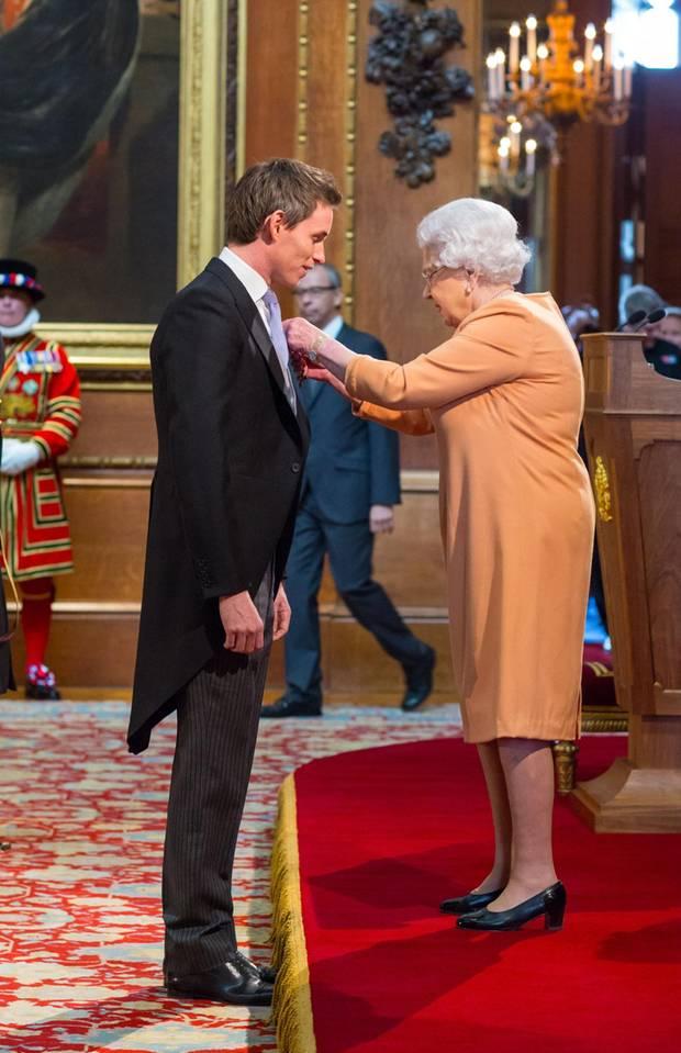 """2016: Am 2. Dezember wird der britische Schauspieler und Oscar-Preisträger von Queen Elizabeth mit dem Verdienstorden """"Order of the British Empire"""" ausgezeichnet."""