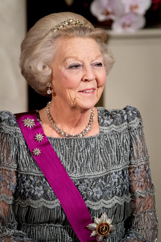 Prinzessin Beatrix hat ein Diadem ausgewählt, bei dem Diamanten zu einem zarten Band gearbeitet sind zusammen mit einer passenden Brosche aus dem Schmuckbesitz der Familie stammen.