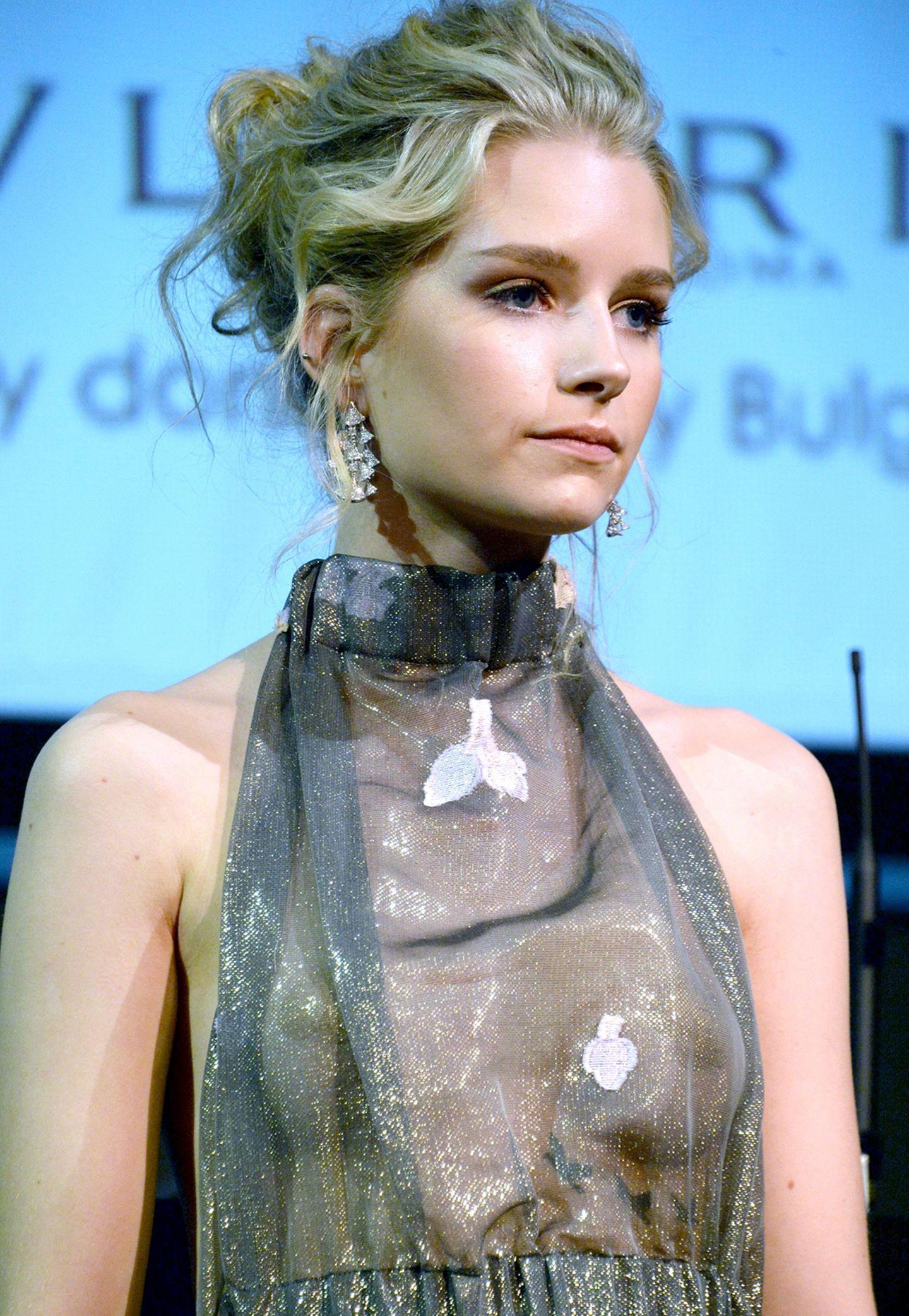 Lotties florales Neckholder-Kleid ist nämlich so durchsichtig, dass die aufgeklebten Nippelpflaster auf ihren Brüsten deutlich zu sehen sind. So deutlich, dass sie sie eigentlich auch gleich hätte ganz weglassen können.