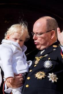 Darauf haben die Monegassen vor dem Schloss gewartet: Endlich zeigt sich das Fürstenpaar mal wieder mit beiden Kindern. Jacques, der kleine Erbprinz, war öfter mit dabei, aber seine Schwester Gabriella deutlich weniger.