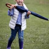 Regenwetter in Dänemark, aber Prinzessin Athena ist bestens gerüstet und stapft mit Gummistiefeln und Regenschirm umher.