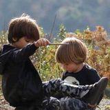 """15. November 2016   """"Meine Kinder"""", schreibt Shakira zu diesem Foto. Milan und Sasha sind ganz vertieft und spielen zusammen mit Stöckchen auf dem Boden."""