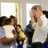 Da schaut das Baby ganz bedröppelt zu Prinz Harry rüber: Der hat aber eine komische Haarfarbe.