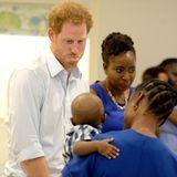 Er sorgt für jede Menge Spaß: Prinz Harry zeigt einem kleinen Jungen die Zunge.