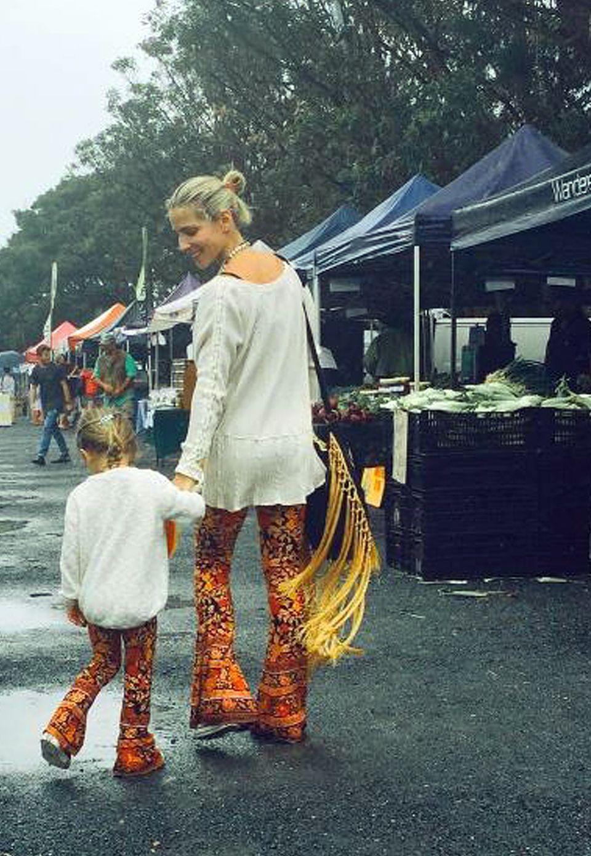 Elsa Pataky pflegt mit ihrer vierjährigen Tochter India Rose Hemsworth den Partner-Look. In einer orangefarbenen Schlaghose und einem weißen Hippie-Hemd schlendern Mutter und Tochter über den Markt und besorgen die Zutaten für's Abendessen mit Papa Chris Hemsworth und den zwei weiteren Kindern Tristan Hemsworth und Sasha Hemsworth.