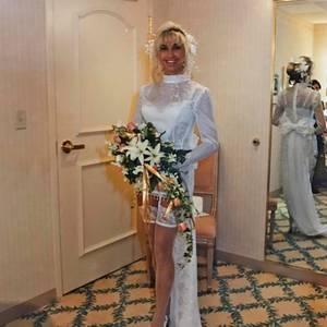 Schräg oder sexy? Ein schönes Bouquet aus Lilien und Rosen verdeckt noch ein wenig die Extravaganz von Carmen Geiss' Brautkleid, das sie 1994 zur Hochzeit mit Robert ausgesucht hatte.