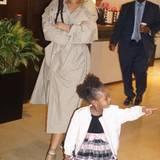 Schau mal Tante Rihanna: Majesty hat etwas entdeckt. Nach dem Baden haben sich beide schick in Schale geworfen.