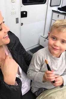 23. November 2016  Reese Witherspoon bekommt bei ihrem Make-up Hilfe von Sohn Tennessee.
