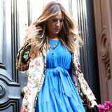 Da fühlt man sich wie zurückversetzt: Sarah Jessica Parker verlässt ihr Haus in New York und sieht dabei aus wie ihre frühere Serienfigur Carrie Bradshaw. Die blauen High Heels stammen aus ihrer eigenen Schuhkollektion, die sie für den Onlinehändler Net-a-Porter entworfen hat.