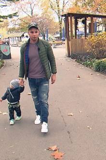 Dieses Foto von Pietro Lombardi beim Spaziergang mit seinem Sohn Alessio ist eines der ersten, das RTL II vom Trennungs-Special von Pietro und Sarah (30. November, 20.15 Uhr) veröffentlicht.