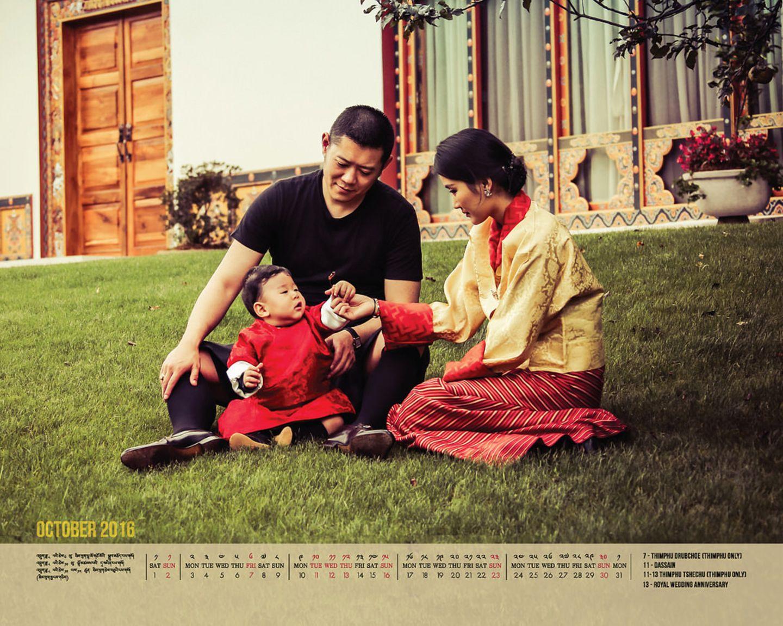 1. Oktober 2016  Mit diesem Kalenderbild ihrer Königsfamilie konnten sich die Bürger Bhutans den Oktober versüßen.