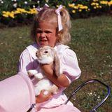 Ob es dem Kaninchen gefallen würde, im Puppenwagen gefahren zu werden? Prinzessin Madeleine scheint sich genau das 1987 zu fragen ...