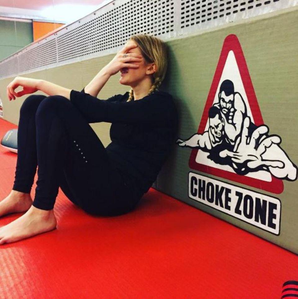 """November 2016   Ellie Goulding hat ein hartes Training hinter sich und verschnauft etwas, aber ob ihr klar ist, dass sie sich in der """"Würge-Zone"""" befindet?"""