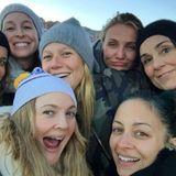 """November 2016  Drew Barrymore und ihre ungeschminkte Promi-Clique: Zusammen mit anderen Stars wie Cameron Diaz, Gwyneth Paltrow und Nicole Richie unternimmt die Schauspielerin einen Ausflug in die Natur und postet ein lustiges Gruppen-Selfie von der kleinen Wanderung. """"Leute, die ich liebe"""", kommentiert sie das Bild. """"Halt an denen fest, die du liebst, und besteige mit ihnen einen Berg."""""""