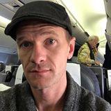 Während des Heimflugs aus Berlin entdeckt Neil Patrick Harris einen ganz besonderen Mitreisenden: Bill Murray!