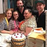 """November 2016   Hugh Jackman und Zac Efron machen ein Erinnerungsfoto nach der Show mit der Crew vom """"Waitress Musical"""" ."""