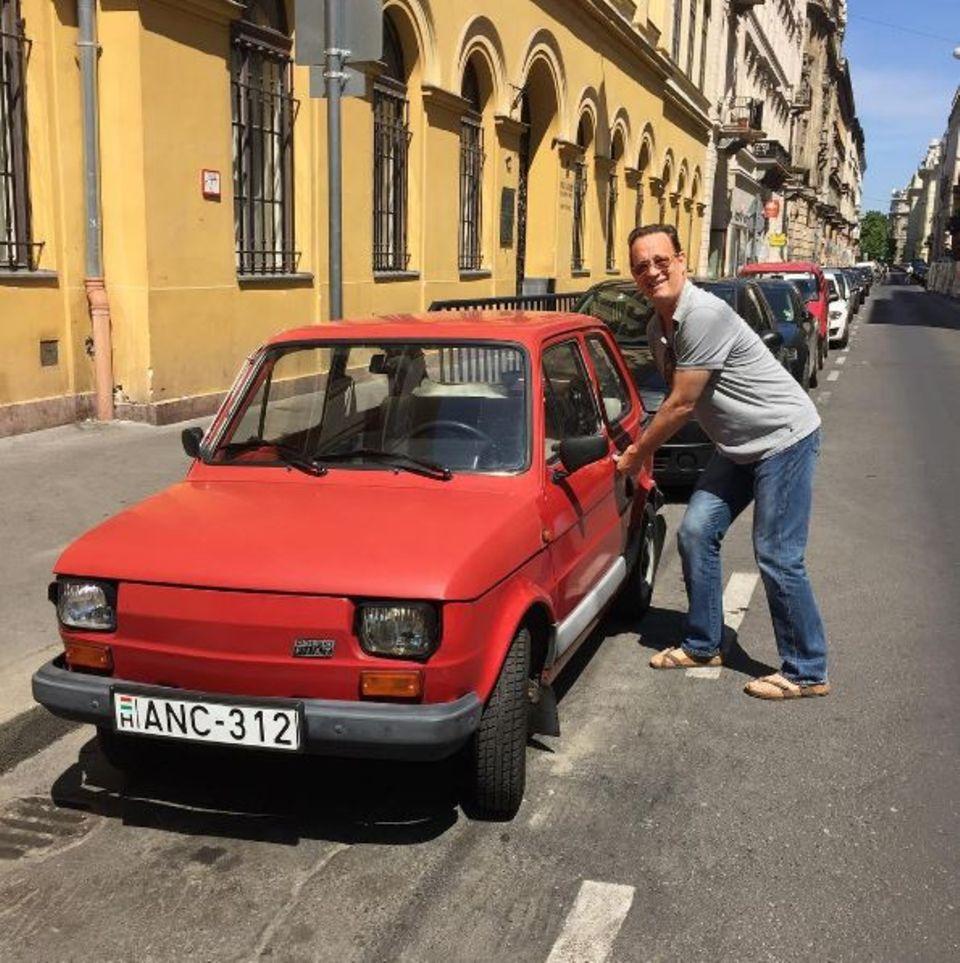 Bei einem sonnigen Spaziergang in Ungarn entdeckt Tom Hanks das Auto seiner Träume.
