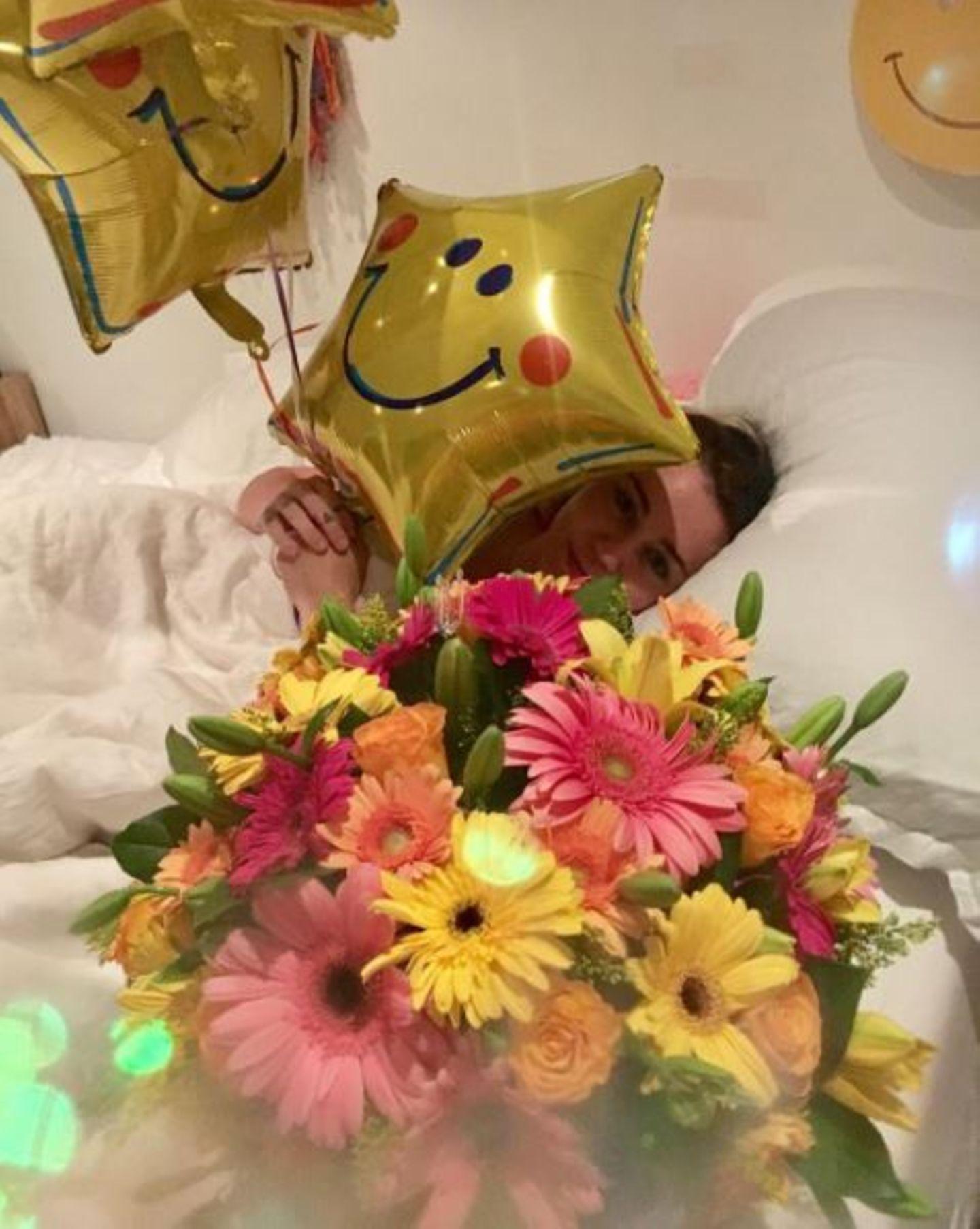 """""""Bester Geburtstag aller Zeiten! Danke, mein Liebster!"""" - postet Miley Cyrus. Ihr Liebster ist natürlich Liam Hemsworth, der Blumen, Ballons und ganz besonderen Schmuck mitgebracht hat."""