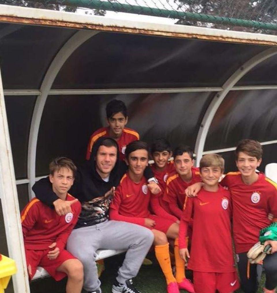 November 2016   Man sieht den Jungs an, wie stolz sie sind. Lukas Podolski unterstützt die U14-Jugend von Istanbul Galatasaray.
