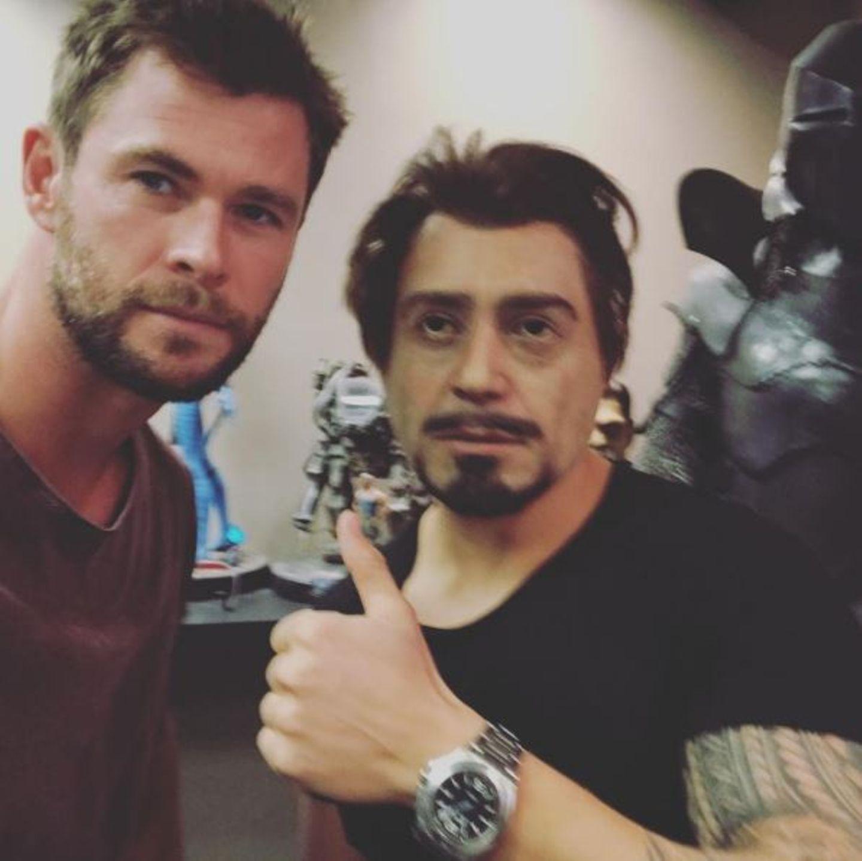 Chris Hemsworth und Robert Downey Jr. treffen sich um sich über die Avengers und Gesundheitstipps zu beraten. Aber Moment mal, ist das nicht sein Personal Trainer, der bloß Downeys Gesicht per Bildbearbeitung erhalten hat?