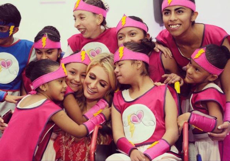 Bei einer Charity Veranstaltung macht Paris Hilton eine Selfie mit den Kids, die extra für sie eine Tanzeinlage eingeübt haben.