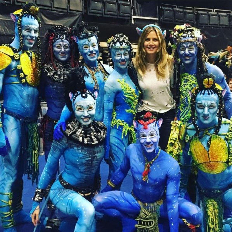 """Cirque Du Soleil ist mit """"Toruk – The First Flight"""" gerade in Los Angeles. Inspiriert ist die Show von James Cameron's """"Avatar"""". Heidi Klum hat die Ehre mit den Akrobaten ein Erinnerungsfoto zu machen und teilt es mit ihren Fans."""