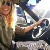 Gut gelaunt düst Heidi Klum im Ferrari durch die City.
