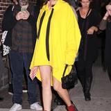 Mit ihrem neongelben Sweatshirt-Kleid ist Marion Cotillard in abendlichen New York perfekt sichtbar.