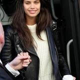 Herrlich normal mit weißem Strick-Pulli, heller Jeans und Lederjacke steigt eine bezaubernd ungeschminkte Sara Sampaio aus dem Engelsbus.