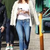 Die Jacke lässig über die Schulter geworfen, mit einem Kaffee in der Hand, schlendert Mandy Moore durch Los Angeles. Hingucker sind dabei ihre roten Gucci Schuhe.