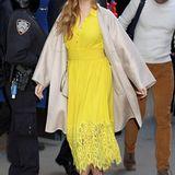 Amy Adams demonstriert eindrucksvoll, dass man im trüben Herbst durchaus mal leuchtende Sommerkleider tragen sollte. Und mit dem passenden Mantel wird's ihr auch sicher nicht kalt darin.