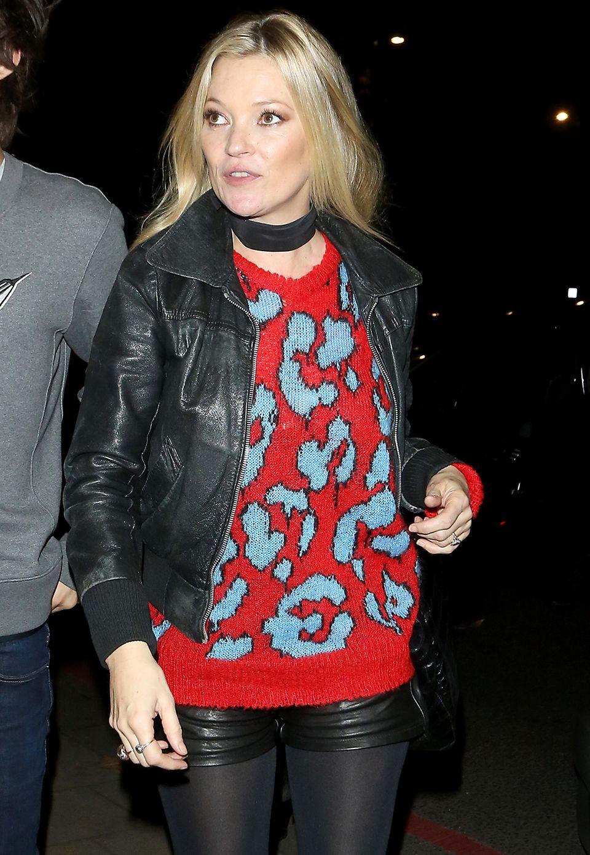 Model Kate Moss zeigt sich in einer tollen Leder-Strick-Kombination.