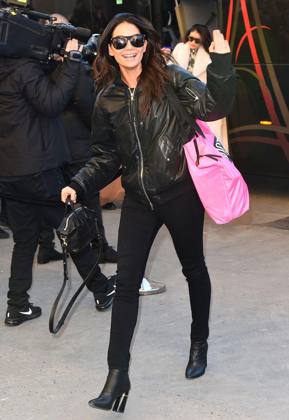 Im schwarzen Rocker-Look zeigt sich eine bestens gelaunte Lily Aldridge.
