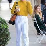 Vanessa Hudgens ist beim Shopping in Hollywood im kurzen, senfgelben Strickpullover und weißer Baumwoll-Hose ein farblicher Lichtblick.