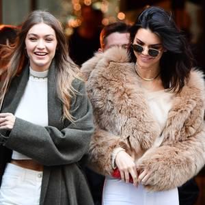 """Gigi Hadid und ihre Model-Freundin Kendall Jenner sind im kalten Paris unterwegs und tragen im Partner-Look Weiß. Während Gigi einen langen Wollmantel anhat, trägt Kendall einen kuschelige Kunstfell-Jacke und eine Sonnenbrille von Linda Farrow (Modell LFL479). Die beiden bereiten sich in der Stadt der Liebe auf ihren Catwalk für die große """"Victoria's Secret""""-Show vor."""